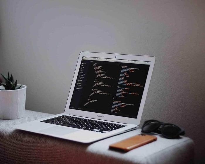 Ordinateur affichant des lignes de code